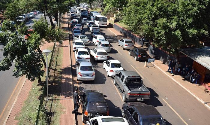 Taxistas paraguaios pedem maior fiscalização para taxistas brasileiros em Ciudad del Este