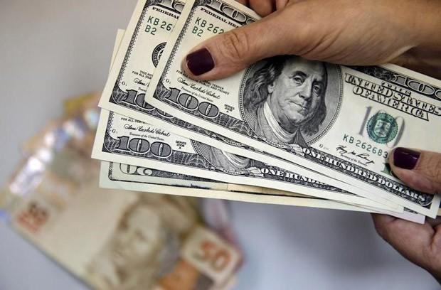 Dólar teve queda de quase R$ 1 em período de 12 meses
