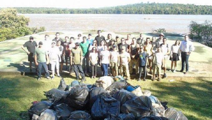 Com ajuda de voluntários, Parque Nacional realiza limpeza no Rio Iguaçu