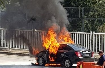 Carro pega fogo no acesso à Ponte da Amizade